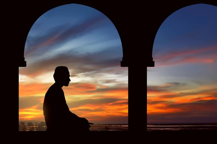 マレー系(イスラム教)のお正月「ハリラヤアプサ」ラマダン中の男性のシルエット
