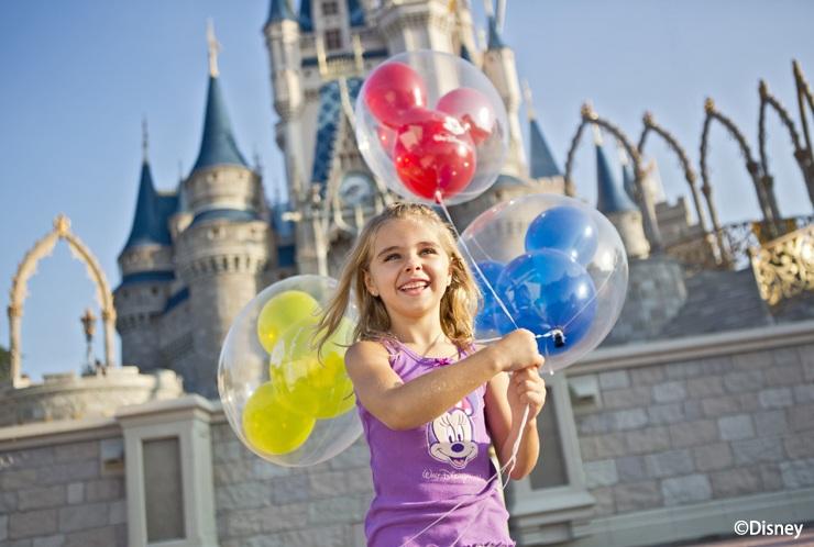 マジックキングダム・パークのシンデレラ城前で楽しむ子供(イメージ)