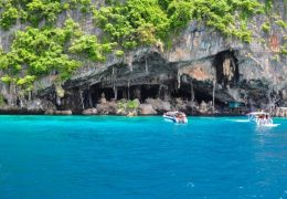 トンサイベイからボートで20分でアクセスできる海賊の洞窟「バイキングケーブ」
