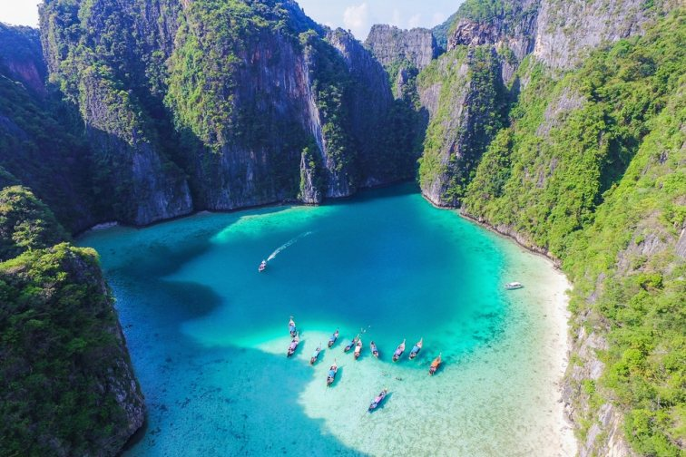 巨大な岩に囲まれた神秘的な楽園「ピピ島」