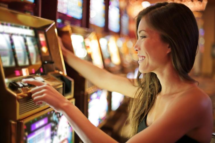カジノでスロットをする女性