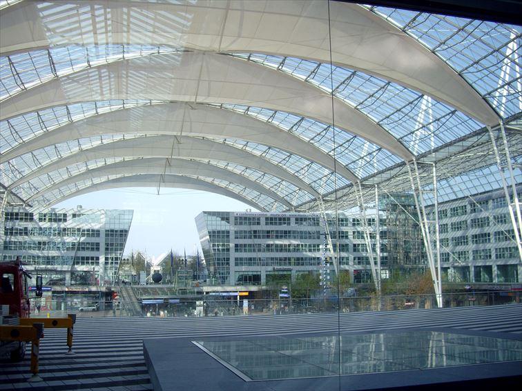 「ミュンヘン空港」センターエリア。テントのような透明の屋根が特徴的
