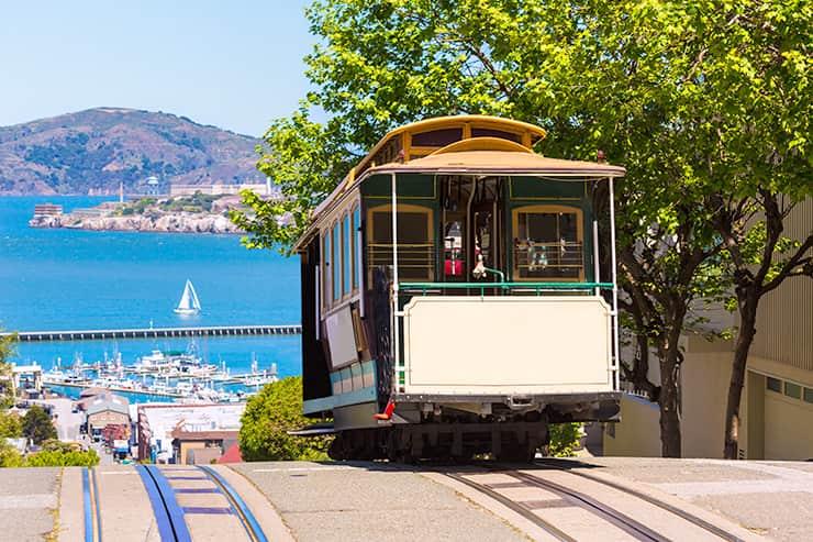 観光の拠点となるのは坂と路面電車が印象的なサンフランシスコ