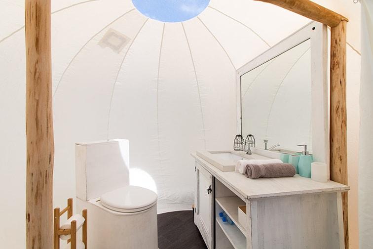 設備が充実したテントで過ごすグランピング Credit:Mayumi Iwasaki
