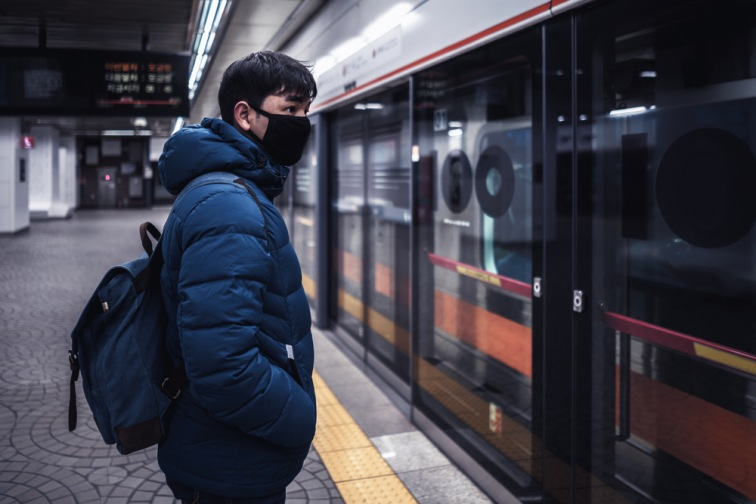 台湾の地下鉄を利用するマスク姿の男性