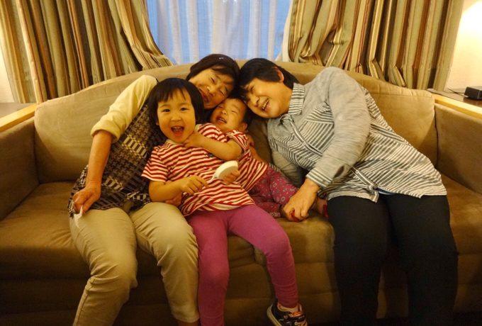 ホテルで楽しむ母親たちと子供たち♪