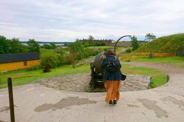 スオメンリンナの要塞で大砲を覗き込んでいる様子/イメージ