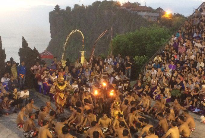 バリの伝統の踊り「ケチャ」