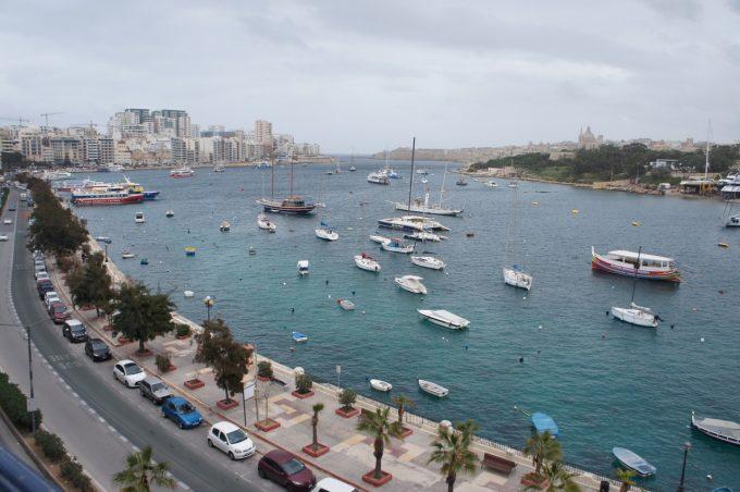 マリーナに浮かぶたくさんのボート