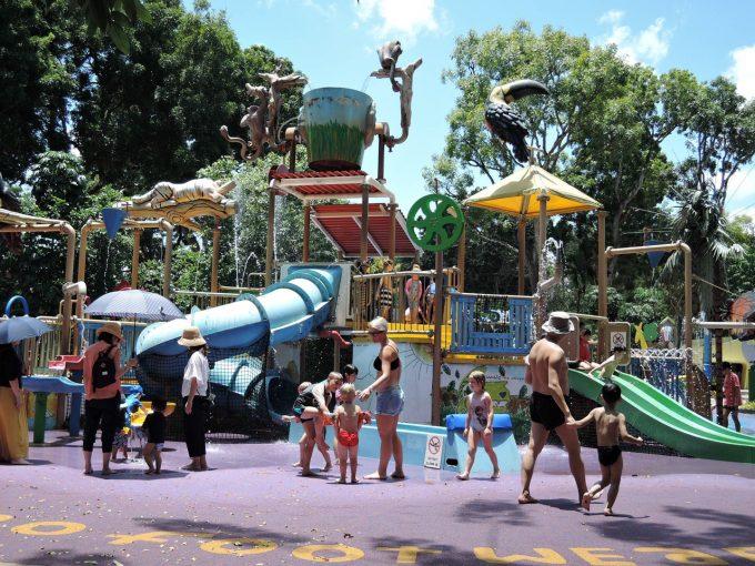 シンガポール 動物園内のレインフォレスト・キッズワールド スライダー付きの水遊び場