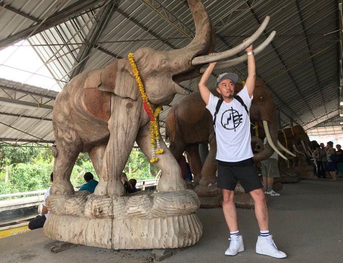水上マーケットにあった象の木彫りと記念撮影!