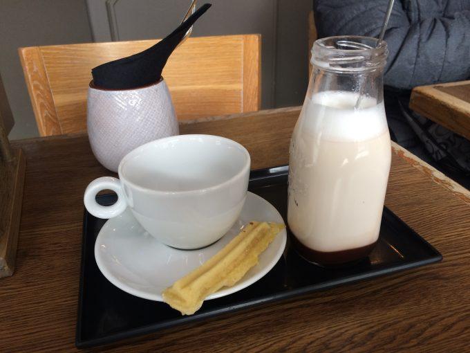 ブルージュ。ホット(ベルギー的にはHOTではなくWarm)チョコは、小さ目の牛乳瓶みたいなものに入っていました。