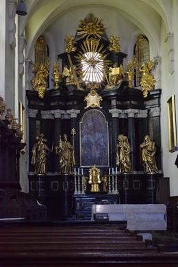 厳かな雰囲気の祭壇