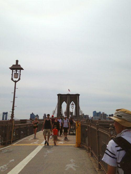 ランニングしているニューヨーカーも。ブルックリンブリッジ