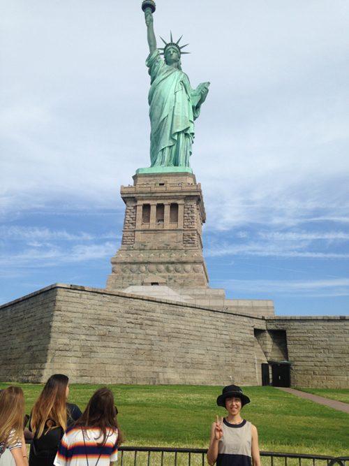 自由の女神の前で記念写真