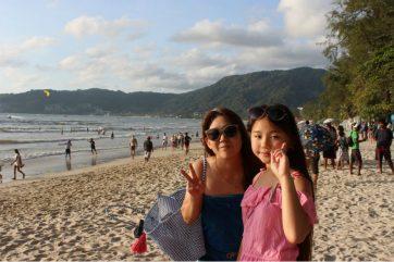 娘とビーチにて