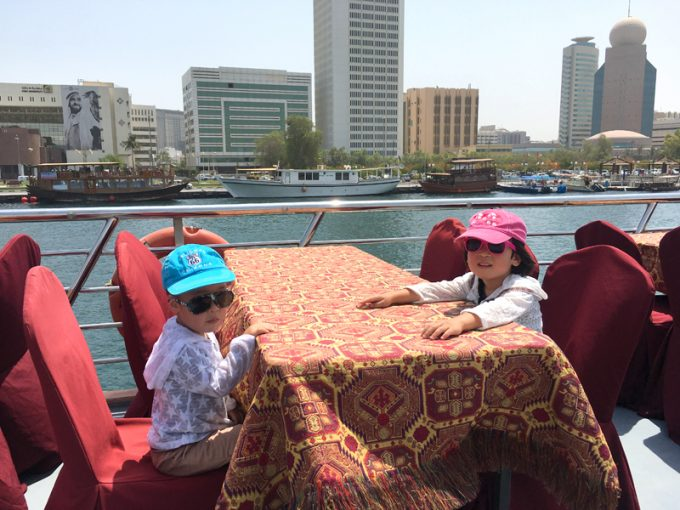 クルーズ船でクリークをのんびりと観光