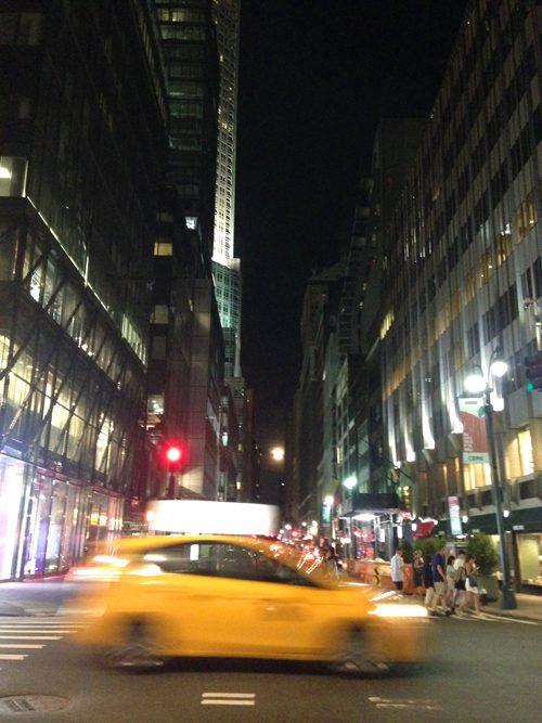 ニューヨークのシンボル、イエローキャブが行き交います