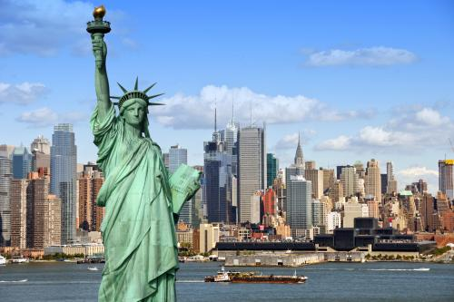 自由の女神とニューヨークの街並み