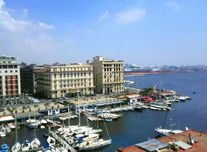 卵城から見下ろすサンタルチア港