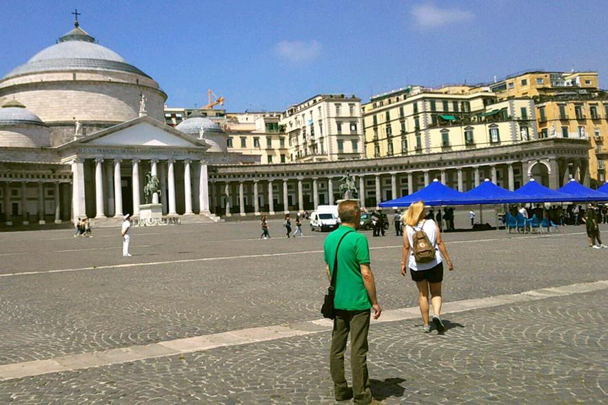 ナポリ王宮前のプレビシート広場