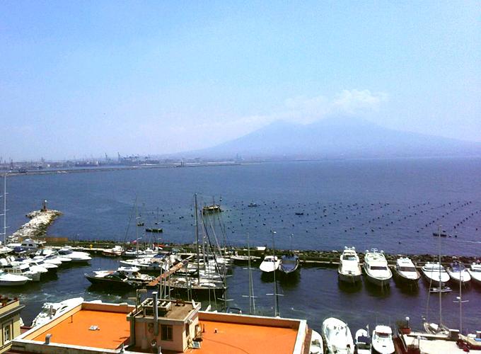 美しいヴェスヴィオ山とナポリ湾
