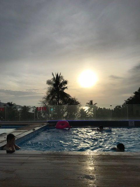 夕陽が綺麗なホテルのプール