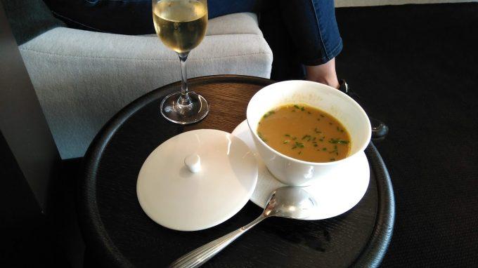 ラウンジ内シャンパンとスープ