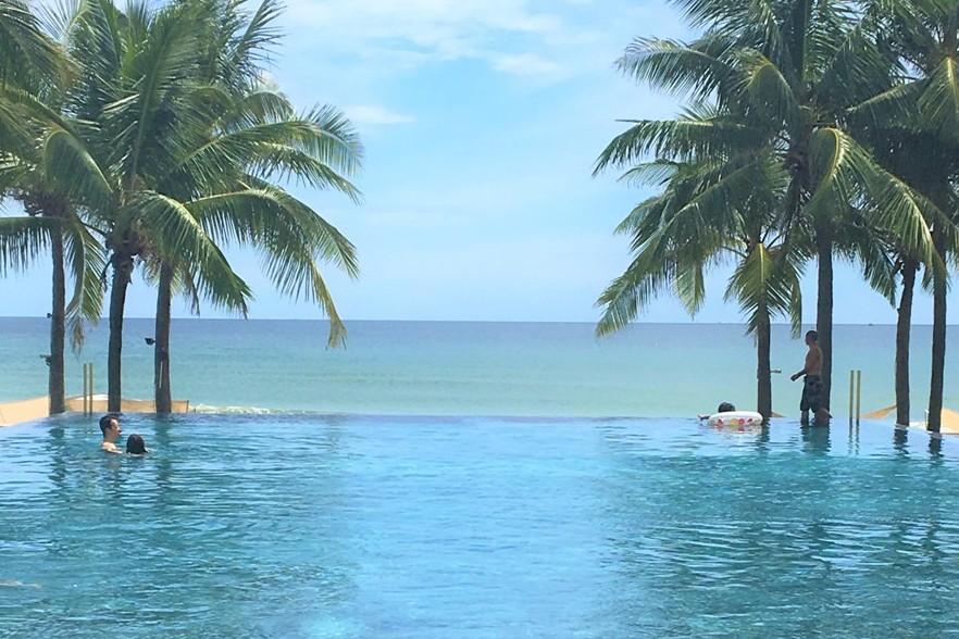 ホテル内のプライベートビーチ、プール2