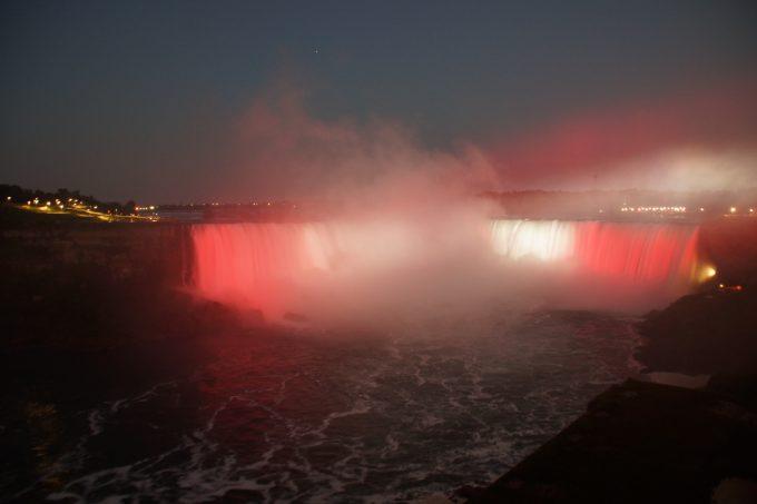 カナダ国旗のライトアップ