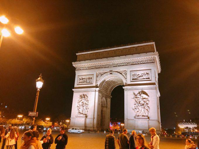 パリの王道、夜の凱旋門