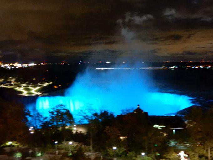夜にはナイアガラの滝がライトアップされます