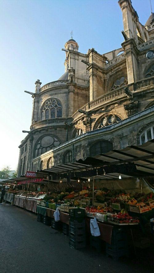 教会近くの市場