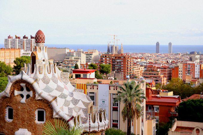 グエル公園から地中海とサクラダファミリア