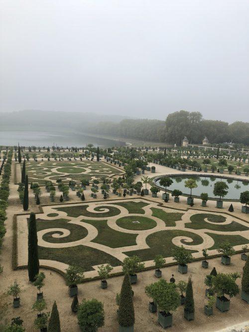 朝もやで幻想的なヴェルサイユ庭園