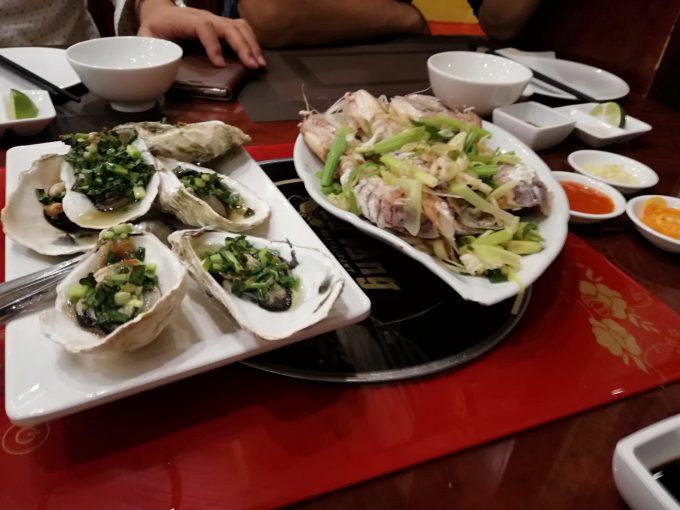 ハロン湾のシーフードレストランでシャコ、エビ、カキを堪能