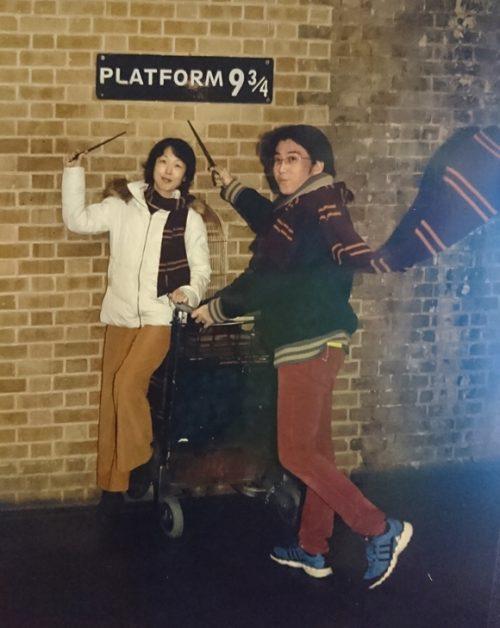「キングスクロス駅の9と3/4番線」ホームで記念撮影!