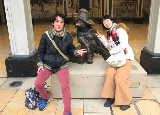可愛らしいくまのパディントンの銅像
