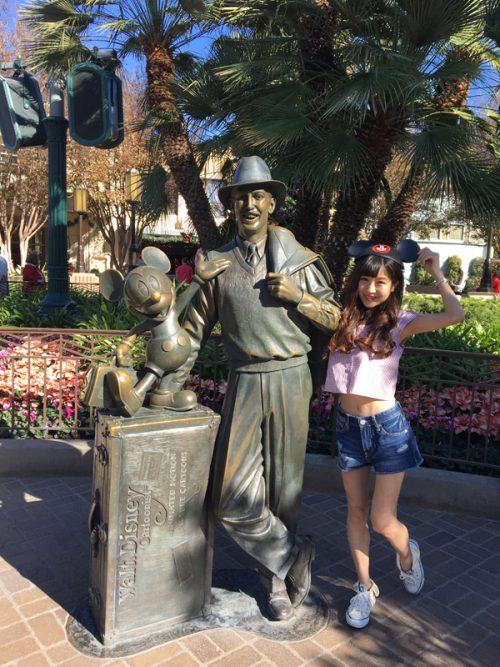 ウォルト・ディズニーとミッキーマウスの像