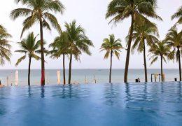 プライベートビーチが見えるノボテル フーコック リゾートのプール