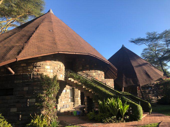 「レイク ナイバシャ ソパ リゾート」のとんがり屋根のロッジ