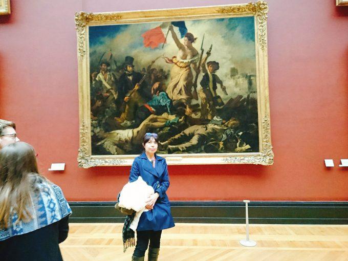 ルーブル美術館の大きな絵の前で一枚