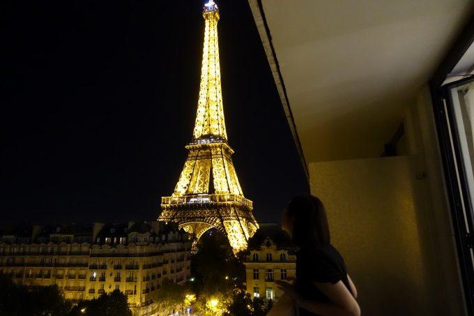 プルマン パリ の部屋から夜のエッフェル塔