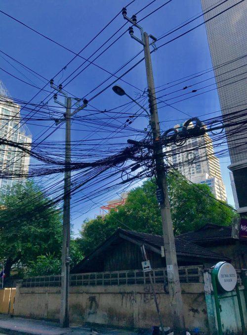 ホテル近くの道で、電線のすごさにびっくり。