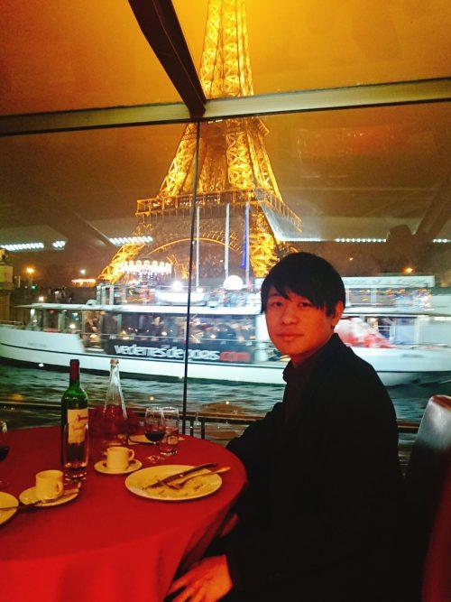 セーヌ川クルーズ「バトームシュウ」に乗りディナー中エッフェル塔と一緒に