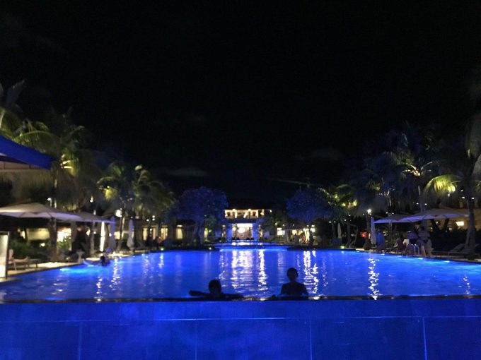 夜も綺麗なホテルのプール