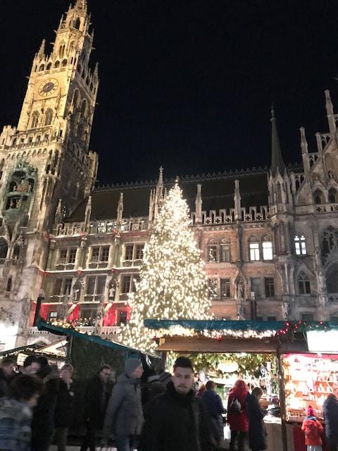 ミュンヘン市庁舎前、市庁舎のテラスで市民コーラス隊がクリスマスソングを歌っていました