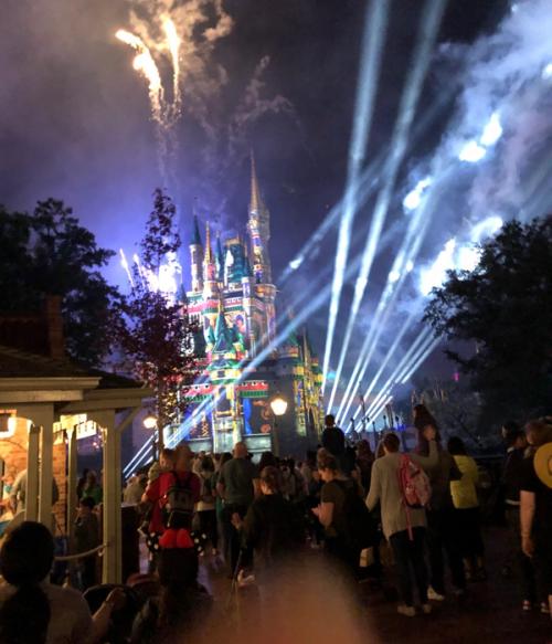 プロジェクトマッピングと花火で輝く「シンデレラ城」