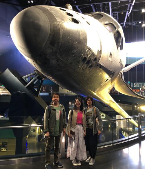 「ケネディ宇宙センター」でスペースシャトル『アトランティス』と記念撮影
