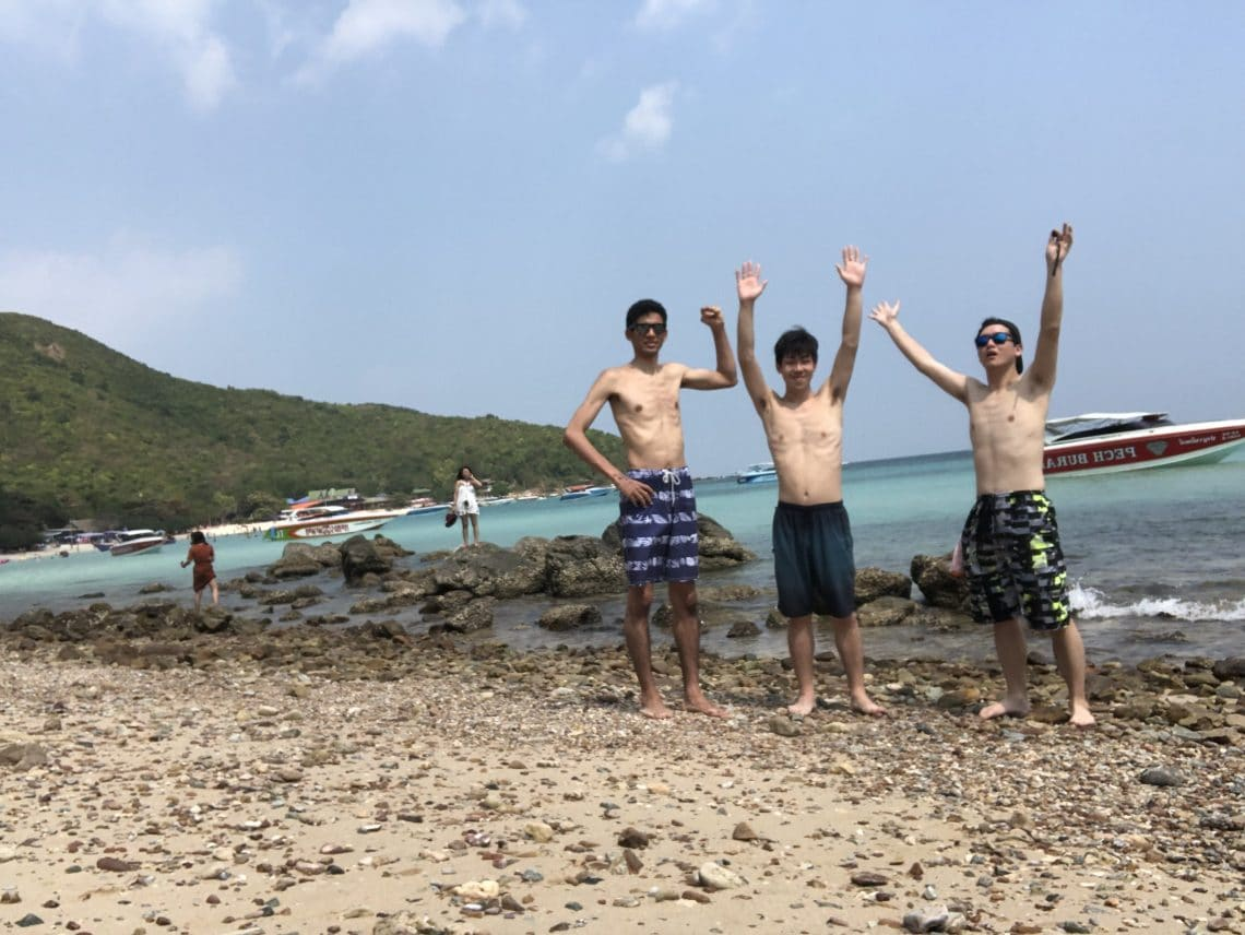 パタヤのビーチでの写真。パラセーリングやバナナボートを楽しみました。
